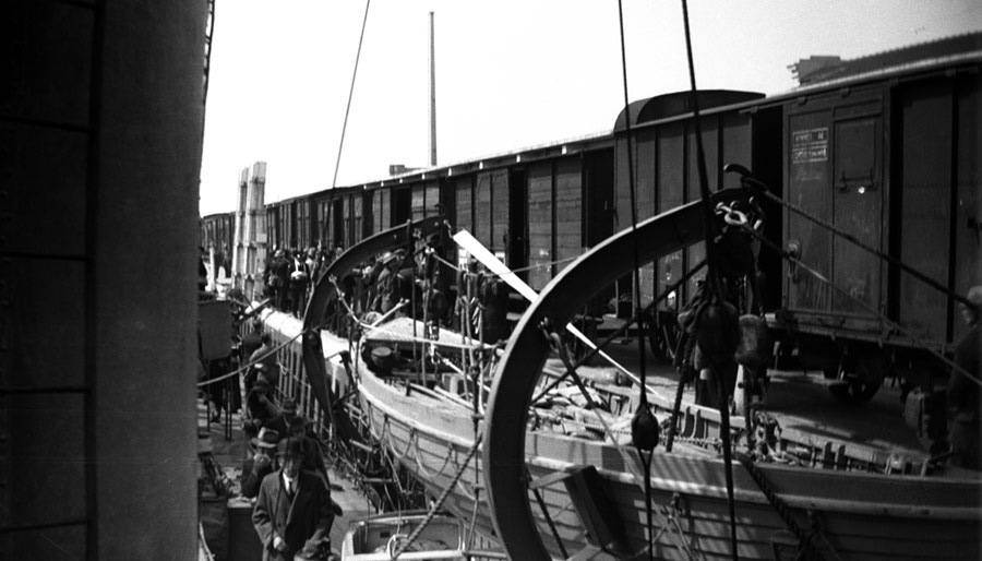 Taking refugees aboard at Calais, 21 May 1940
