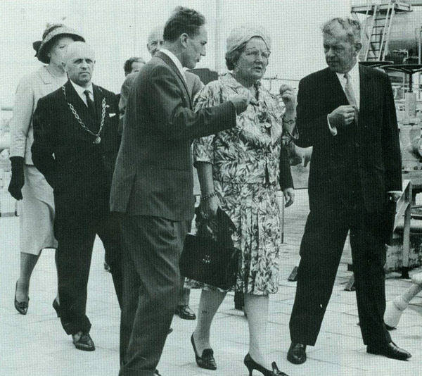 Queen Juliana being shown round by Jo Bongaerts in 1963