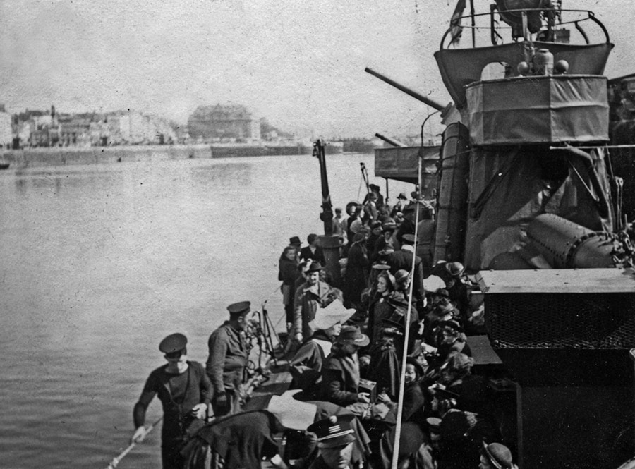 Venomous leaving Boulogne, deck crowded with refugees, on 22 May 1940